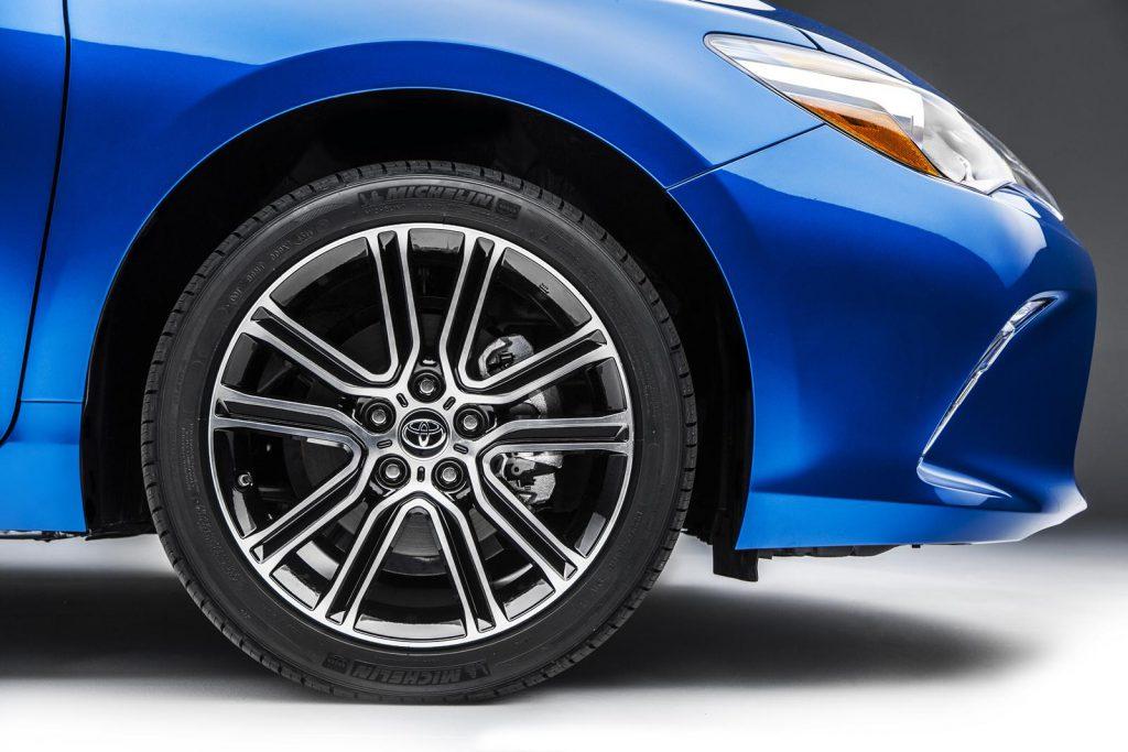 2015-Toyota-Camry-special-edition-alloy-wheel-1024x683 ความสำคัญ ของ ดอกยางรถยนต์